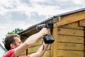 Anbau einer Dachrinne mit einem Akkuschrauber